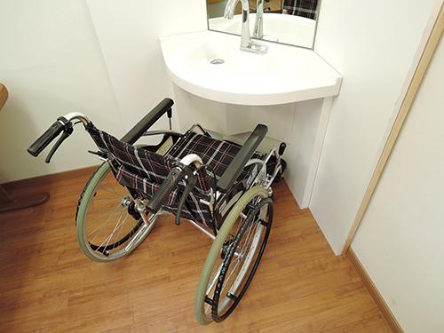 コーナー型の車椅子対応洗面カウンター