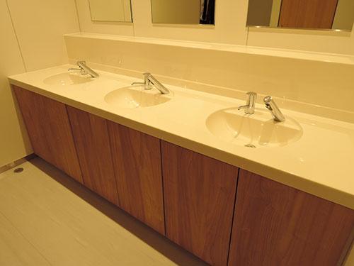 男子トイレ内の洗面カウンター